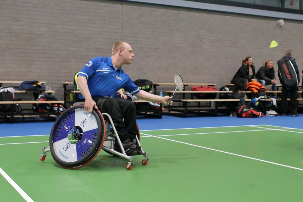 Rolstoel- en- aangepast badminton. Erik Jan Koekoek in actie. foto Marisca van Dam